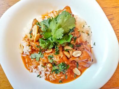 Pollo al curry con arroz al cardamomo
